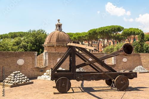 Fotografía  Old roman catapult  in Rome