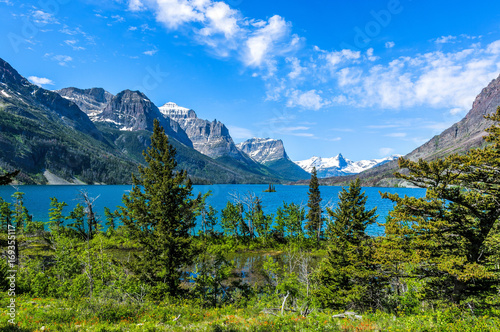 Valokuva  Spring at Saint Mary Lake - A panoramic view of high clouds passing over blue Saint Mary Lake and its surrounding steep mountains in Glacier National Park, Montana, USA