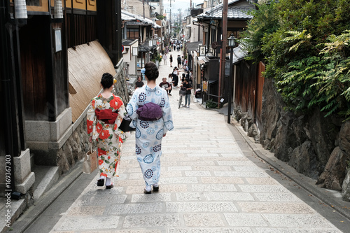 Foto op Canvas Kyoto 京都の八坂通りを歩く着物の女性