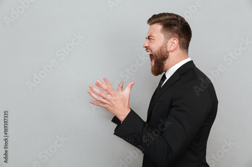 Fotografía  Man in suit shouting and gesturing with hands