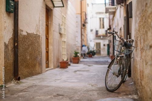 stary-rower-w-uliczce