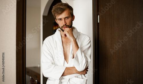 Plakat Portret młody człowiek w bathrobe.