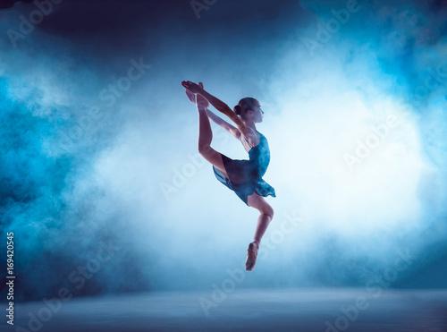 mloda-baletnica-skaczaca-posrod-dymu