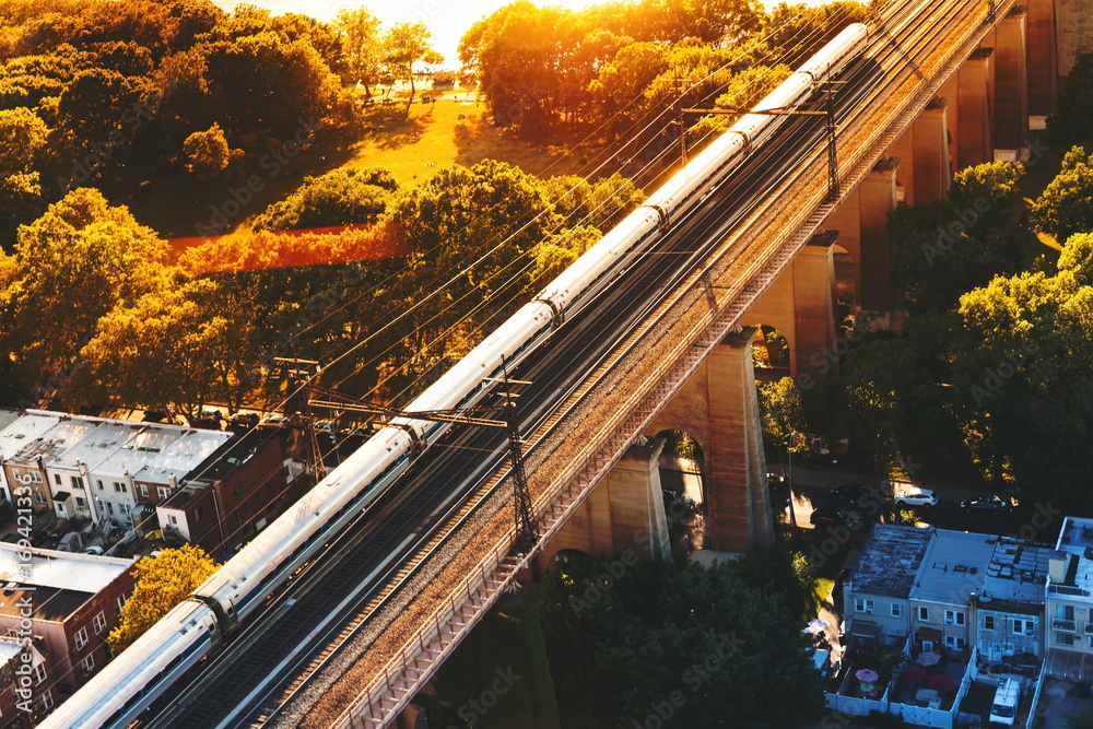 Fotografía Aerial view of the of a train crossing the Hell Gate Bridge over the East River