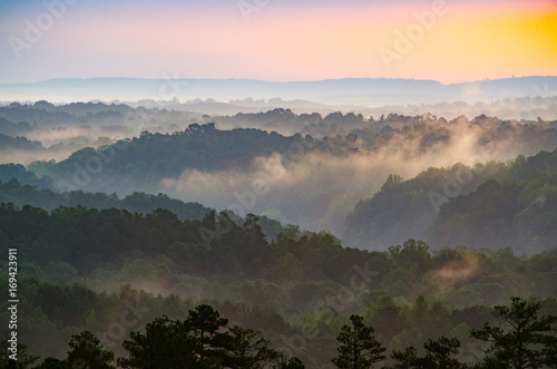 Photo View from an overlook of rolling hills at sunrise near Cheaha Mountain in Alabam