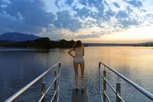 Sprung In Den Staffelsee Bei Sonnenuntergang
