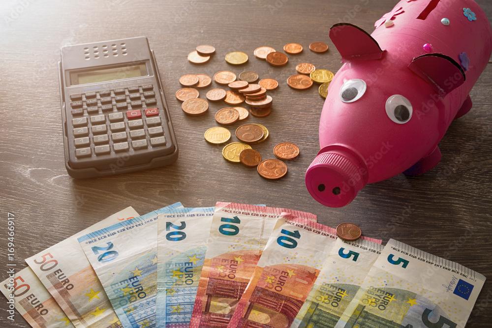 Poster & Art Print Sparschwein neben Euro-Banknoten/Münzen und ...
