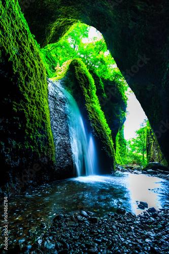 niewielki-wodospad-widoczny-z-jaskini