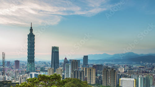 Photo  Taipei, Taiwan city skyline at sunset from view of Taipei City, make a hike to t