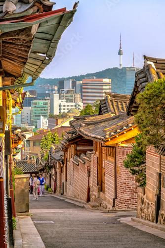 Naklejka premium Tradycyjna architektura w stylu koreańskim w Bukchon Hanok Village w Seulu, w Korei Południowej.