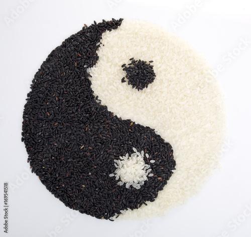 Plakat Yin Yang wykonane z czarnego i białego ryżu. Widok z góry.