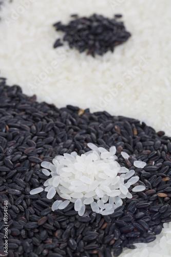 Plakat Yinyang wykonane z czarnego i białego ryżu. Zbliżenie.