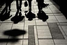 歩道に映る影