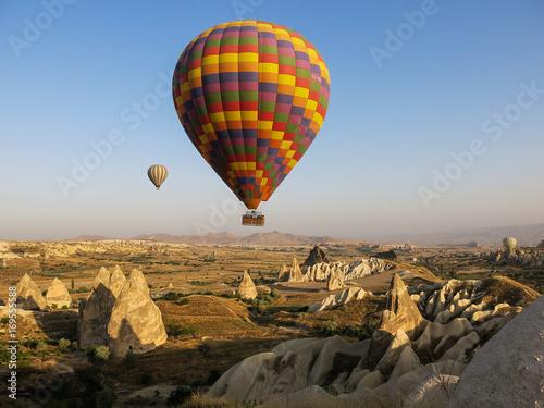 Zdjęcie XXL Gorące powietrze szybko się zwiększać nad rockowymi formacjami w Cappadocia, Turcja