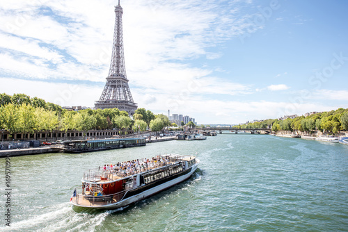 Obraz Landscpae view on the Eiffel tower and Seine river with tourist boat in Paris - fototapety do salonu