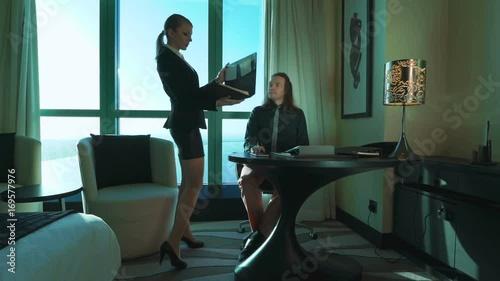 разбавляем для в офисе видео секретарши мужчина