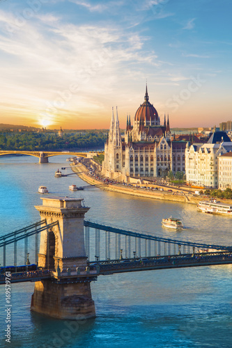 Tuinposter Boedapest Beautiful view of the Hungarian Parliament and the chain bridge in Budapest, Hungary