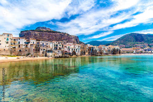 La pose en embrasure Palerme View of cefalu, town on the sea in Sicily, Italy