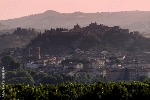 Photo  Tuscany village of Certaldo high at dawn