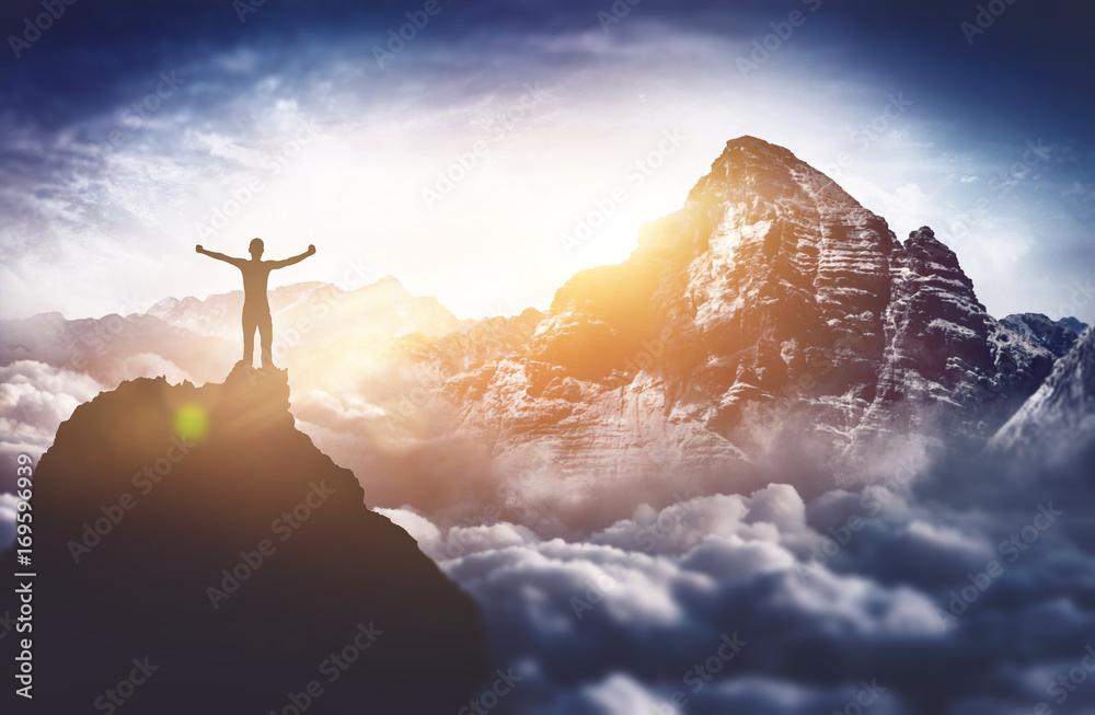 Fototapety, obrazy: Bergsteiger erlebt absolutes Gipfelglück hoch über den Wolken