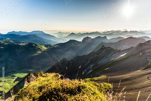 Tuinposter Alpen Berge am Morgen vom Brienzer Rothorn Richtung Luzern, Berner Oberland, Alpen, Schweiz