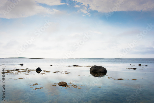 Photo sur Plexiglas Zen pierres a sable The rocky shore of the White sea.