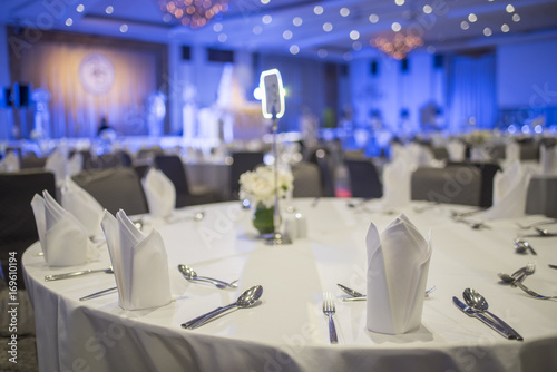 Photo Dinner table in the banquet room of a luxury hotel.