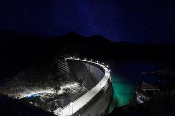 brana noću pod zvjezdanim nebom i mliječnim putem