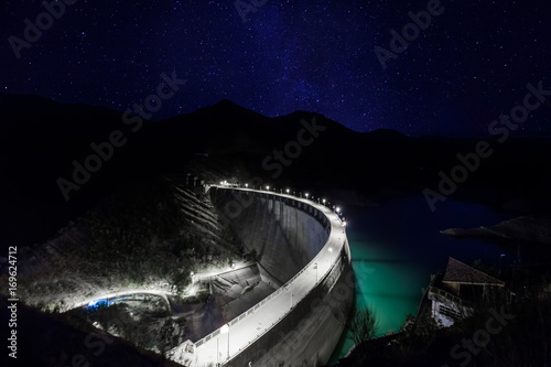 Poster de jardin Barrage dam at night under starry sky and milky way