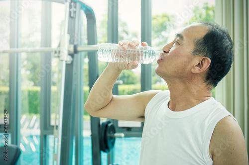 Photo  Close up portrait of asian senior man, thirsty asian senior man drinking water,