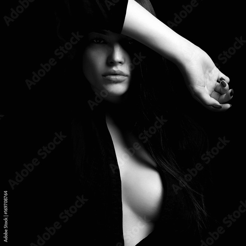 Photo  erotic beautiful woman in dark