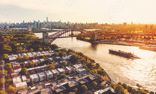 Photo  Aerial view of the Hell Gate Bridge over the East River in New York City