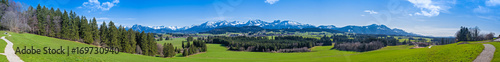 Photo Stands Panorama Photos Wanderweg durch das Allgäu mit Blick auf die Alpen - hochauflösendes Panorama
