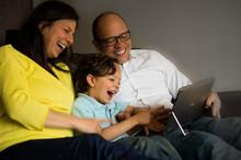 Familia Joven Divirtiéndose Frente Al Computador