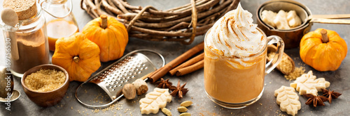 Fotografia Pumpkin spice latte in a glass mug