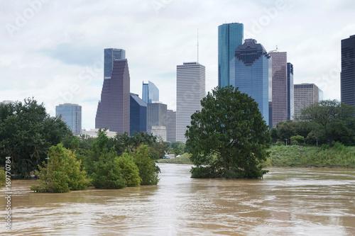 Plakat Konsekwencje wycieku rzeki Buffalo Bayou w Houston. Zalewający park na W centrum miasta tle. Huragan Harvey