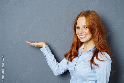 Fotografie, Obraz  frau hält etwas auf ihrer hand