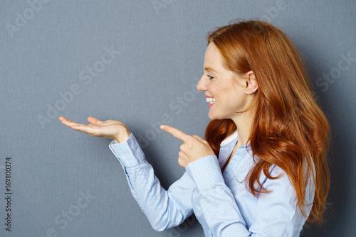 Fotografie, Obraz  frau schaut auf etwas in ihrer hand