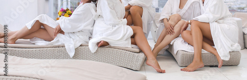 In de dag Spa Group of woman in robes Womens legs in the spa