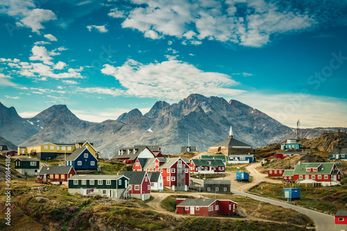 Photo  Small town on east coast of Greenland with colorful houses and mountain backgrou