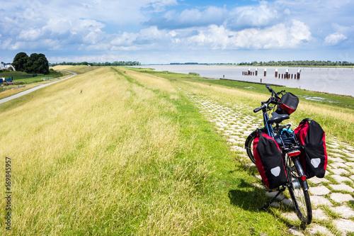 Foto Radeln durch Ostfriesland, Fahrrad mit Gepäck, Emsradweg, Deutschland,