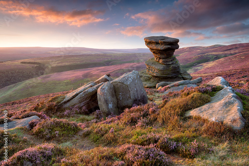 Fotomural The Salt Cellar on Derwent Edge in the Peak District