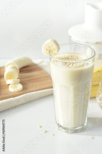 In de dag Milkshake Banana smoothie. Milkshake with banana and oatmeal. Oat smoothies. Healthy breakfast. Picture with space for text or logos
