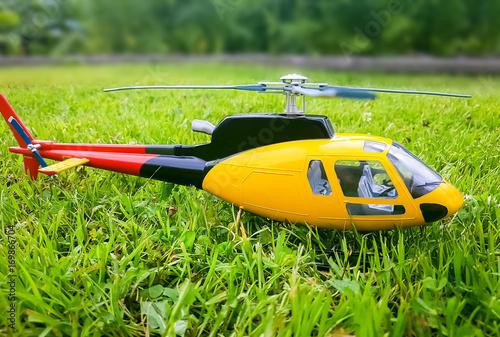 Plakat Helikopter na trawie