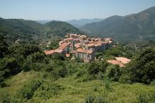 """Village De Sainte Lucie Tallano Dans Les Montagne De Corse Du Sud, France. Lieu De Tournage Du Film """"l'enquête Corse""""."""