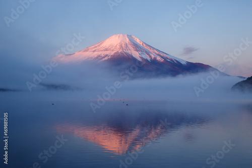 Plakat Mt. Fuji o świcie na powierzchni jeziora w Yamanakako