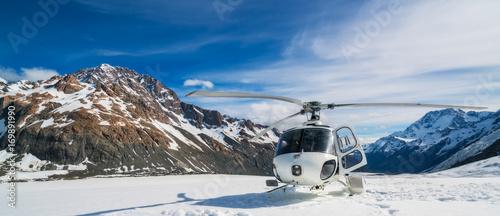 Türaufkleber Hubschrauber Helicopter Landing on a Snow Mountain