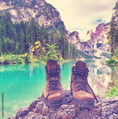 Wanderschuhe am See in den Bergen – kaufen Sie dieses Foto