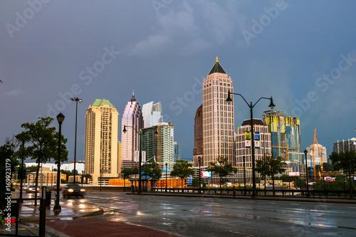 Plakat Iluminujący środek miasta w Atlanta, usa przy nocą