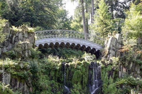metalowy-most-w-sloneczny-dzien-w-parku